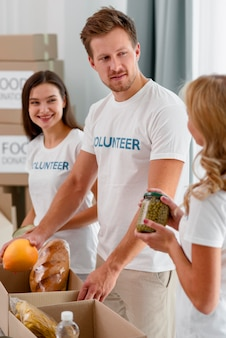Voluntários ajudando com doações de alimentos