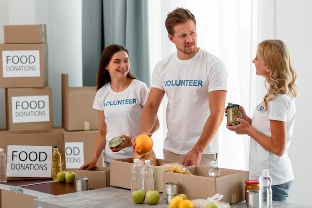 Voluntários ajudando com doações para o combate à fome