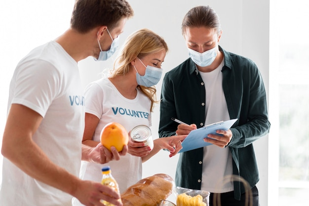 Voluntários ajudando com doações para o dia da alimentação
