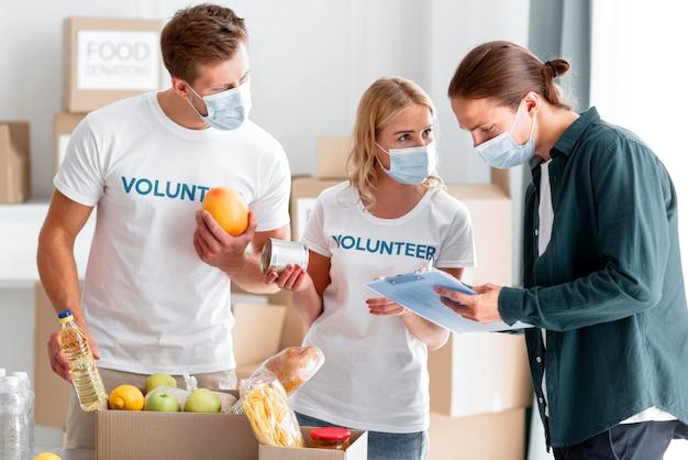 Voluntários ajudando e empacotando doações para o dia mundial da alimentação
