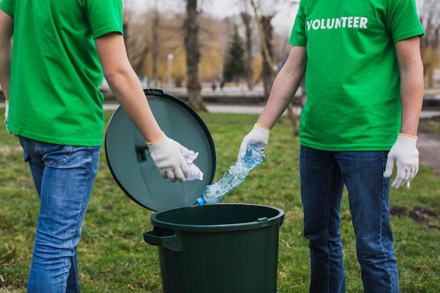 Voluntários coletando lixo