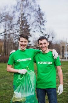 Voluntários com lixo