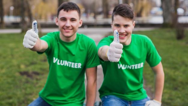 Voluntários com polegares para cima