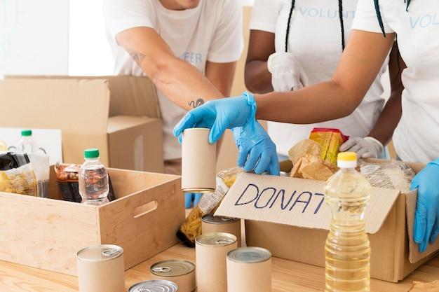 Voluntários cuidando de doações