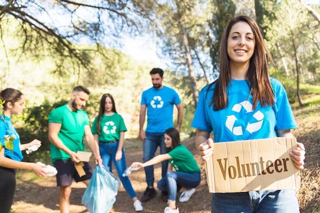 Voluntários de ecologia coletando lixo na floresta