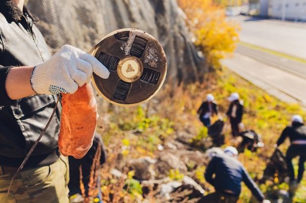 Voluntários limpam lixo em um parque
