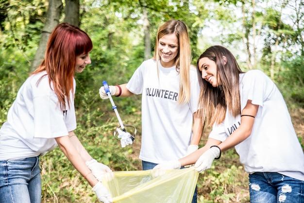 Voluntários limpando lixo