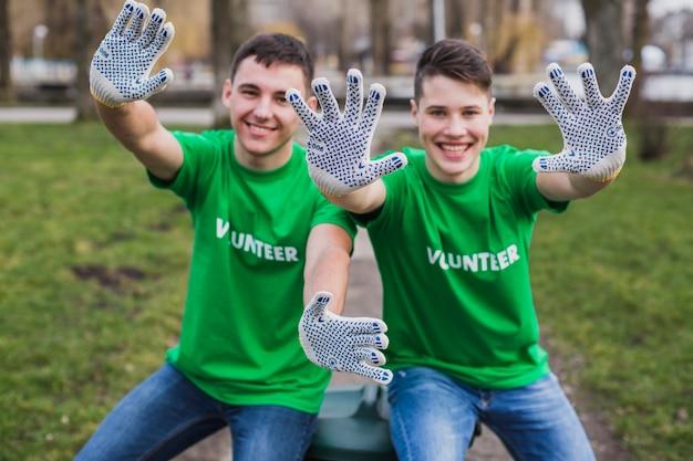 Voluntários mostrando luvas