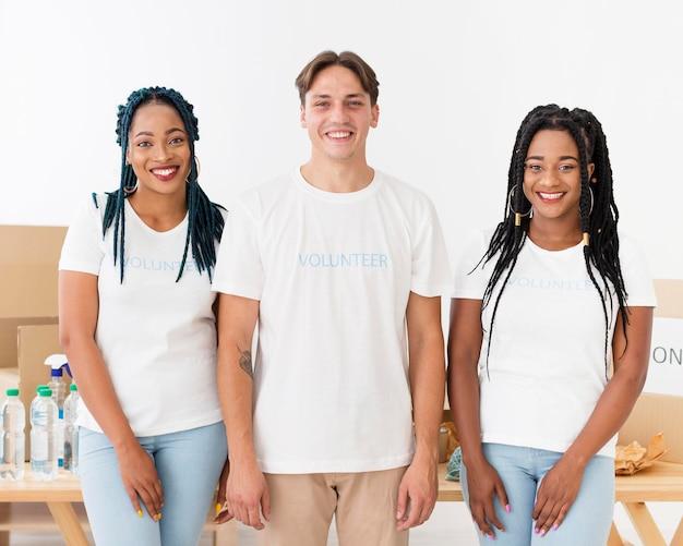 Voluntários sorridentes posando para centro de ajuda