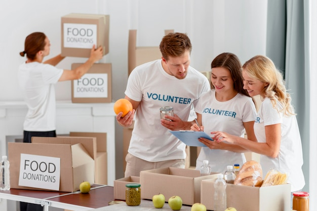 Voluntários sorridentes preparando comida para caridade