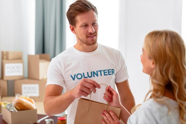 Voluntários trabalhando em doações de alimentos