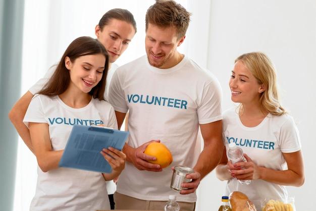 Voluntários trabalhando para o dia mundial da alimentação