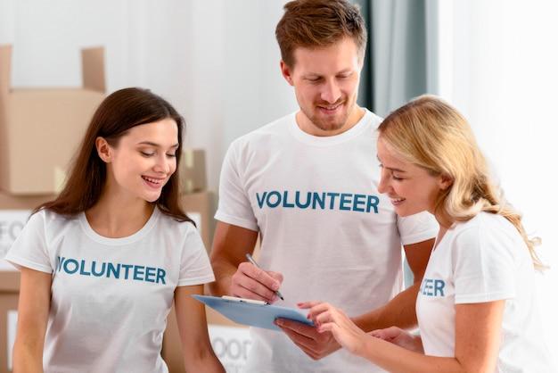Voluntários trabalhando preparando doações para instituições de caridade