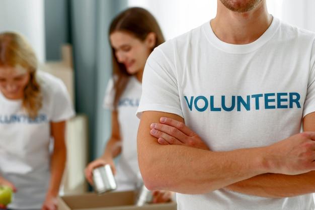 Voluntários trabalhando preparando doações