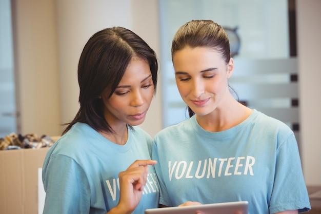 Voluntários usando um tablet
