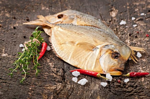 Vomer peixe fumado na superfície de madeira
