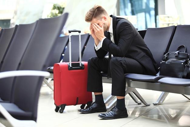 Voo atrasado - conceito de partida de viagens de terminal de aeroporto para executivos