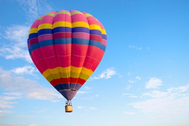 Voo colorido do balão de ar quente no céu. carnaval de balão na tailândia