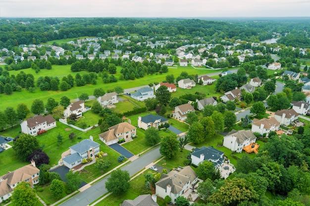 Voo com um drone sobre um com casas baixas em uma pequena cidade em um dia ensolarado nos eua