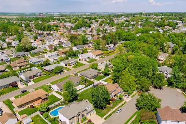 Voo com um drone sobre uma casa em uma pequena cidade em um dia ensolarado nos eua