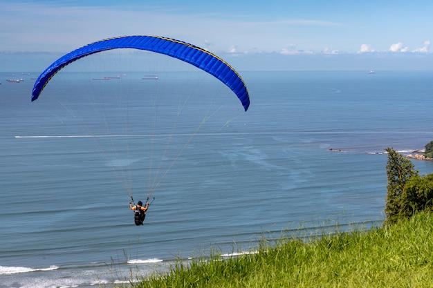 Voo de parapente - decolagem da praia de itararé - são vicente - litoral do estado de são paulo