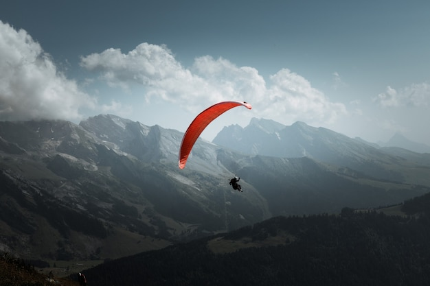 Voo de parapente nas montanhas. le grand-bornand, haute-savoie, frança