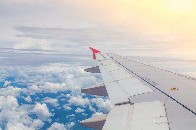 Vôo do avião acima das nuvens