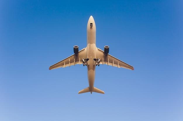 Voo do avião sob o céu azul e a nuvem branca em phuket, tailândia.