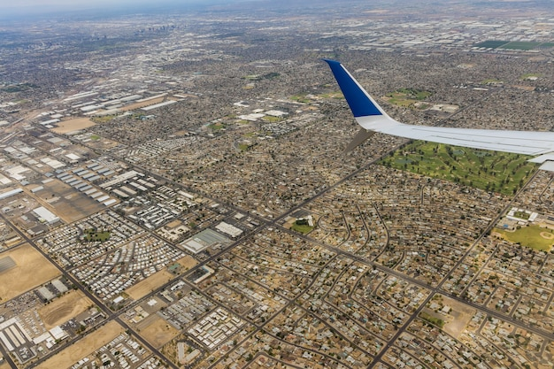Voo em um avião sobre uma mistura de cidade industrial residencial phoenix arizona us