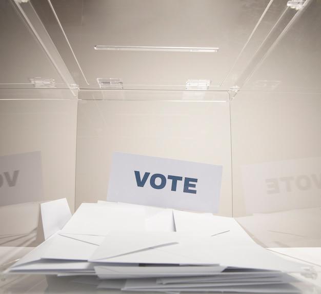 Votar a palavra em um cartão branco e pilha de envelopes