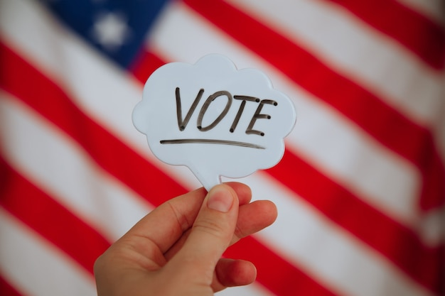 Vote a palavra na bandeira americana. conceito de eleição
