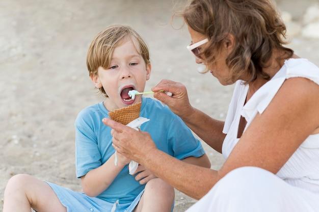 Vovó alimentando criança com sorvete