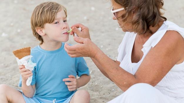 Vovó alimentando menino com sorvete