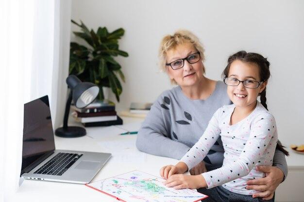Vovó e menina usando um laptop