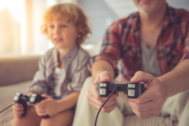 Vovô e neto consideráveis que jogam o jogo.