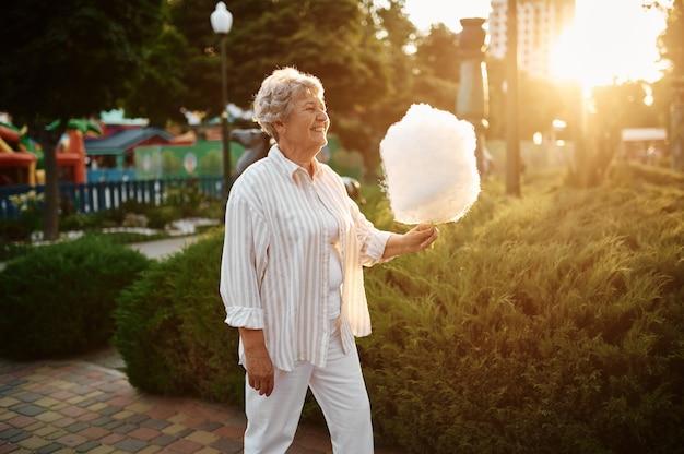 Vovó segura algodão doce, de volta à infância