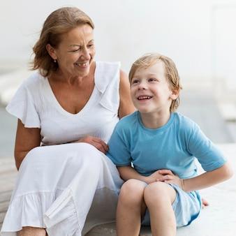 Vovó sorridente e criança sentada