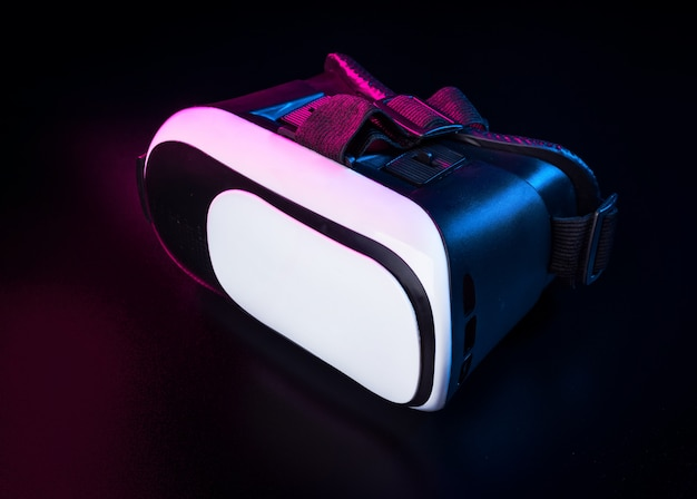 Vr. equipamento de realidade virtual em cima da mesa.