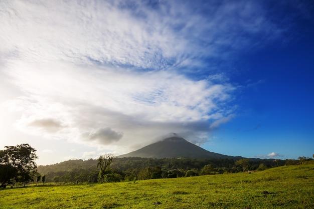 Vulcão arenal cênico na costa rica, américa central