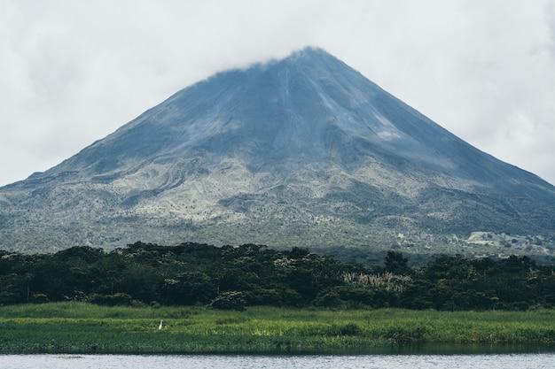Vulcão arenal e lago na costa rica.