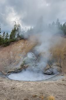 Vulcão ativo da lama no parque nacional de yellowstone