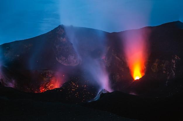 Vulcão ativo em uma noite escura