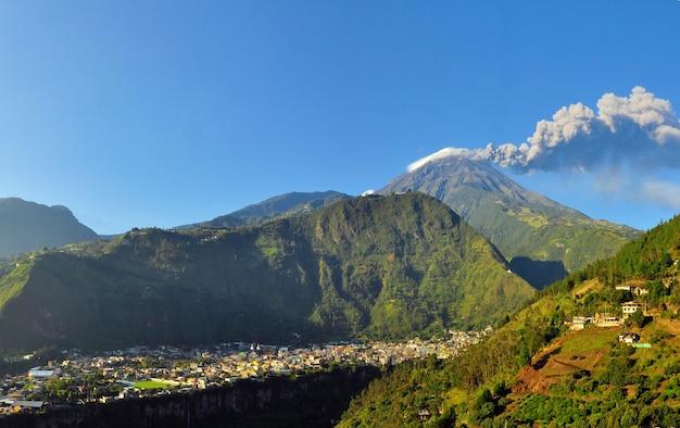 Vulcão ativo no equador