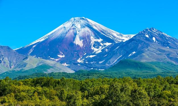 Vulcão avachinsky em kamchatka no outono com topo coberto de neve