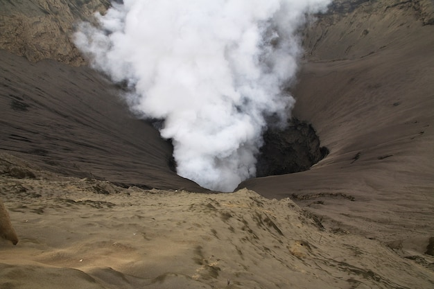 Vulcão bromo na ilha de java, indonésia