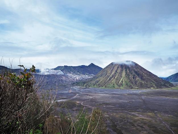 Vulcão bromo na vista de nível de olhos. bela vista da montanha e vulcão ativo na indonésia.