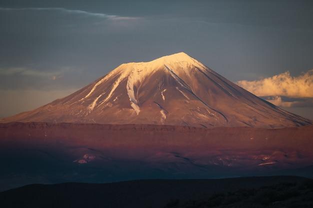 Vulcão coberto de neve na patagônia