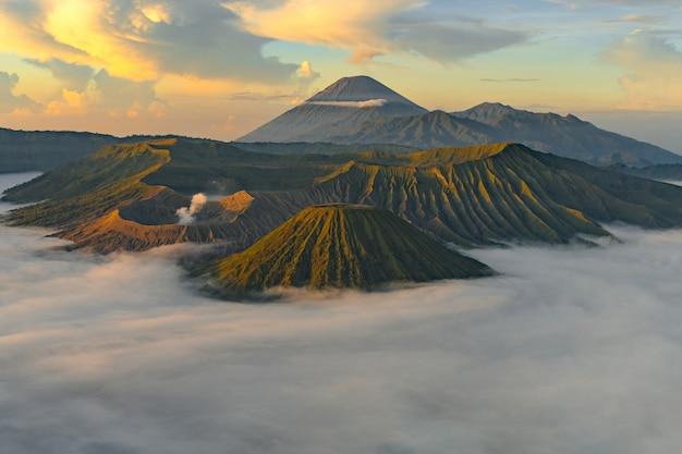 Vulcão com névoa ao pôr do sol