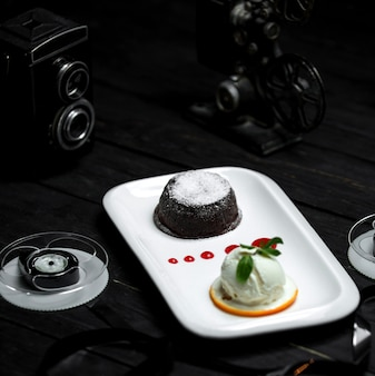 Vulcão de chocolate e uma bola de sorvete branco