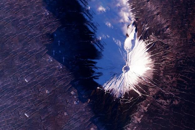 Vulcão do espaço os elementos desta imagem foram fornecidos pela nasa. foto de alta qualidade